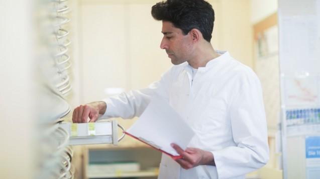 Apotheker müssen viele Präparate von Puren aus den Schränken nehmen. (s / Foto: imago images / Cavan Images)