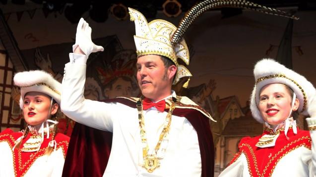 Der Apotheker Christian Hartmann aus Delbrück ist derzeit im Karnevalsmodus und läuft in diesen Tagen als Prinz durch seine Stadt. (s / Foto: C. Hartmann)