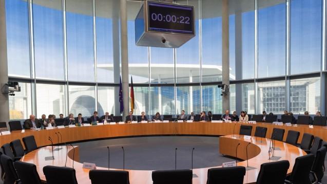 Das Anti-Korruptionsgesetz wird kommen: Der Rechtsausschuss des Bundestags akzeptierte am Mittwoch den Entwurf samt umstrittener Änderungen. (Foto: dpa)