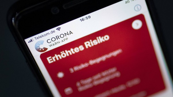 Heilberufler stehen geschlossen hinter Corona-Warn-App