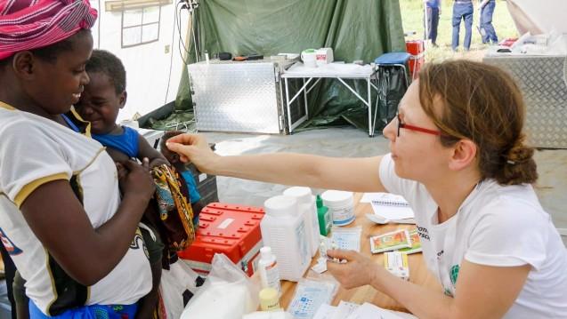 AoG-Einsatzkraft Marjolein Jacob im Camp in Inhanjou bei der Abgabe einer Malaria-Therapie (Foto: AoG)