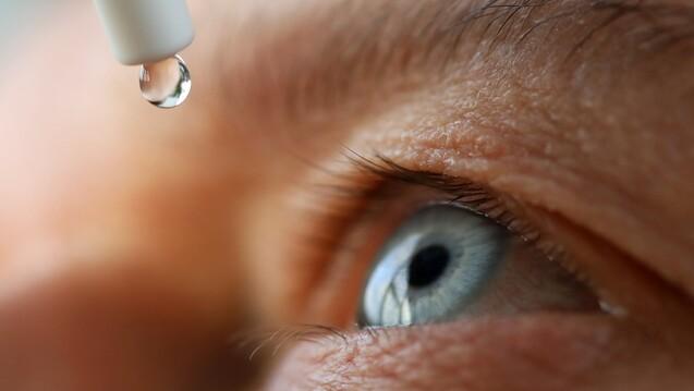 Tacrolimus in Form von Augentropfen?Wie sich das im klinischen Alltag einordnen lässt und welche Nebenwirkungen möglicherweise auftreten können lesen Sie in der aktuellen Print-Ausgabe der DAZ. (Quelle megaflopp / AdobeStock)