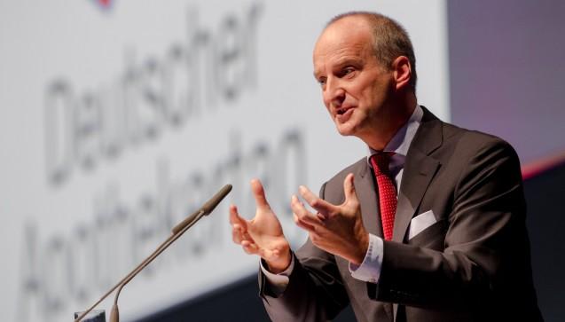 Doch bevor der Minister die Bühne betrat, hielt ABDA-Präsident Friedemann Schmidt seinen Lagebericht. Schmidt forderte die Apotheker auf, zusammenzuhalten. Es war eine deutliche Wahlkampfrede von Schmidt. (Foto: Schelbert)