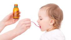 Verweigern Kinder den Hustensaft, helfen Tipps aus der Apotheke (Foto: detailblick /Fotolia.com)