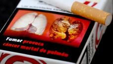 Eine spanischen Zigarettenpackung zeigt eine Raucherlunge: Verfaulte Zähne oder Nahaufnahmen von Krebsgeschwüren - an den Anblick solcher Schockfotos müssen sich Raucher in der EU schon bald gewöhnen. (Foto: Martin Gerten/dpa)