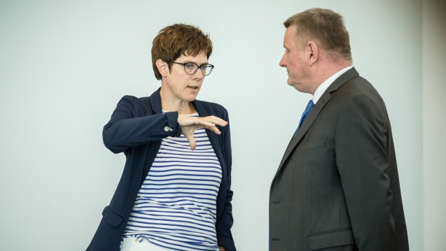 Annegret Kramp-Karrenbauer (CDU) und Bundesgesundheitsminister Hermann Gröhe (CDU) verhandeln für die CDU die Themen Gesundheit, Pflege und Soziales. (Foto: Picture Alliance)