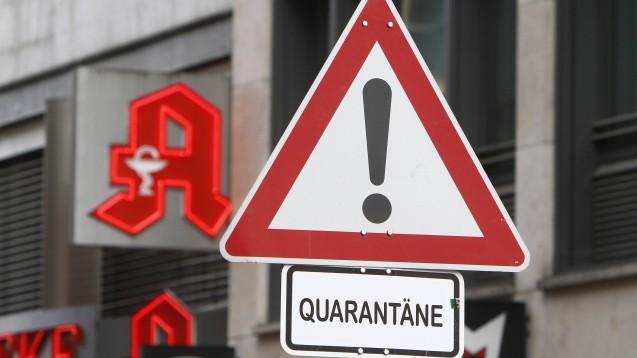 Was sollen Apothekern tun, wenn ein Mitarbeiter auf das Coronavirus positiv getestet wurde? Unnötige Quarantäne kann nach Ansicht der Apothekerkammer Berlin vermieden werden, wobei das letzte Wort das Gesundheitsamt spricht. ( r / Foto: imago images / Ralph Peters)
