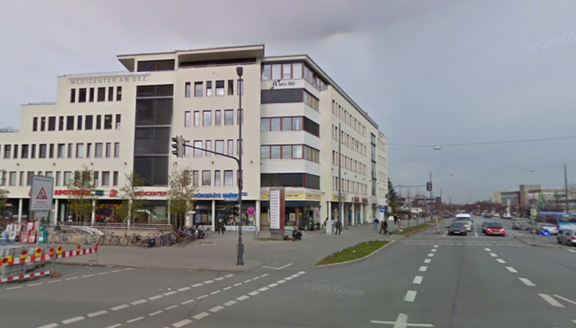 MediPlus Apotheke am OEZ: Gut 200 Meter weiter liegt die Filiale von McDonald's, bei der auch der Sohn des Mitarbeiters angeschossen wurde. (Foto: Screenshot Google Street View)