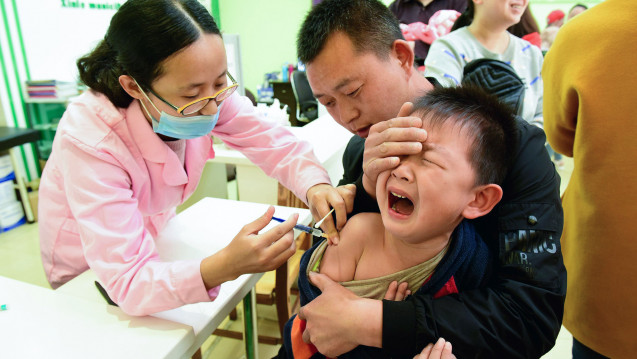 """Ein Kind wird in einem """"Disease-Control-Center"""" in Shijiazhuang, im Norden Chinas, geimpft (Symbolbild). Anlässlich des neusten Impfstoff-Skandals in China sind vor allem die Eltern verunsichert. ( r / Foto: Pacific Press Agency / imago)"""