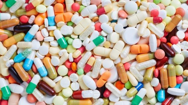 Je mehr Arzneimittel, desto komplexer: Ohne technische Hilfsmittel ist es kaum möglich, sämtliche Interaktionen, Kontraindikationen und Therapieleitlinien auf dem Schirm zu haben.Zu diesen Hilfsmitteln zählen auch Datenbanken. (Foto: Robert Kneschke/stock.adobe.com)