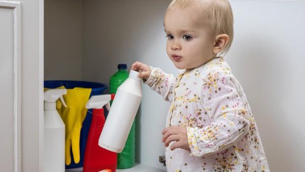 Kinder vor Vergiftungen im Haushalt schützen