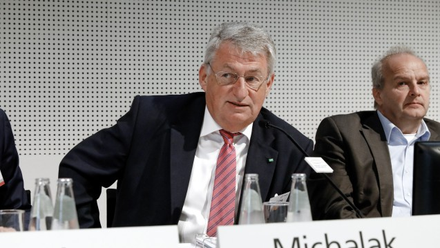 Frank Michalak, Vorstandsvorsitzender von der AOK Nordost, bei der Podiumsdiskussion auf dem Hauptstadt-Kongress. Rechts im Bild: ABDA-Digitalisierungsexperte Dr. Peter Froese. (c / Foto: Gehe)