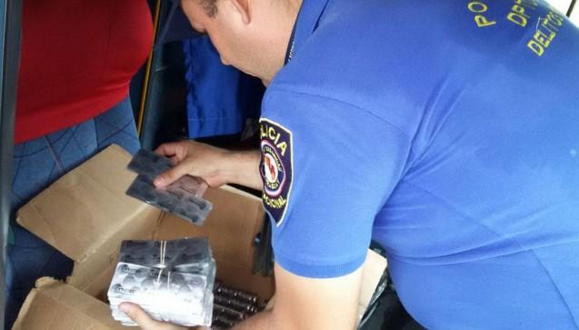 Ein Polizist in Paraguay mit einem Paket von illegalen Drogen während der Operation Pangea IX.