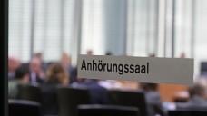 Im Gespräch: Am heutigen Donnerstag haben sich im Bundestag Apotheker, Versandapotheker und Gesundheitspolitiker von Union und SPD über den Apothekenmarkt und den Versandhandel unterhalten – ohne Lösung. (Foto: Sket)