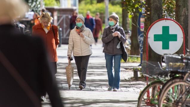 In Bayern, Sachsen und Mecklenburg-Vorpommern sollen Menschen beim Einkaufen, beispielsweise in Apotheken, und im öffentlichen Nahverkehr Masken tragen. (Foto: imago images / Seeliger)