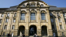 """Vor dem Amtsgericht Mönchengladbach muss sich derzeit ein Apotheker wegen des Betrugs mit """"Luftrezepten"""" verantworten. (Foto: dpa)"""