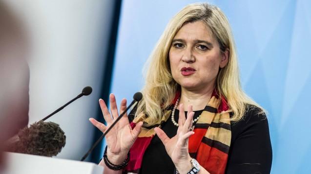 Die bayerische Gesundheitsministerin Melanie Huml (CSU) will Pharmaunternehmen wieder für die Produktion in Deutschland und Europa begeistern. (b/imago images / ZUMA Press)