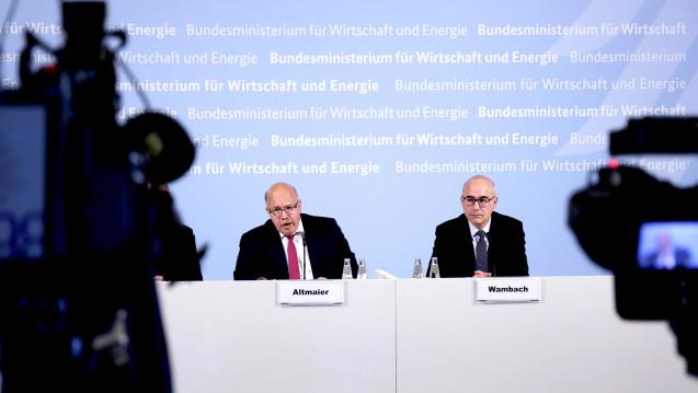 Der Bundesminister für Wirtschaft und Energie, Peter Altmeier (links), nahm am 3. Juli 2018 das Hauptgutachten der Monopolkommission vom Vorsitzenden Achim Wambach (rechts) entgegen. (b / Foto:M. Popow / imago)