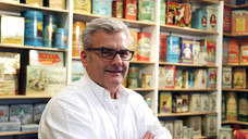 Apotheker Matthias Stoeck: Seine Sammelleidenschaft begann mit einer Hipp-Dose für Zwieback. (Bilder: P. Ditzel)