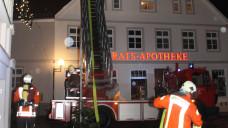 In Teterow in Mecklenburg-Vorpommern hat es am Silvesterabend einen Brand in einer Apotheke gegeben. Der Grund war wohl ein Feuerwerkskörper. (Alle Fotos: Rogmann/Nordkurier)