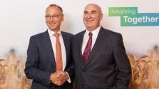 Freude über die Einigung am 14. September 2016: Bis Jahresende soll der Deal zwischen Bayer-CEO Werner Baumann und Monsanto-Chef Hugh Grant umgesetzt sein. (Foto: dpa)