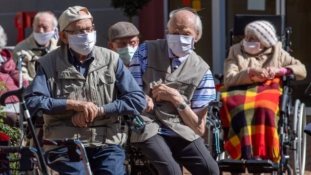 Wer pflegebedürftig ist, hat derzeit sicherlich einen höheren Bedarf an Pflegehilfsmitteln zum Verbrauch. Zudem sind die Preise für Masken etc. gestiegen. (Foto: imago images / Pressedienst Nord)
