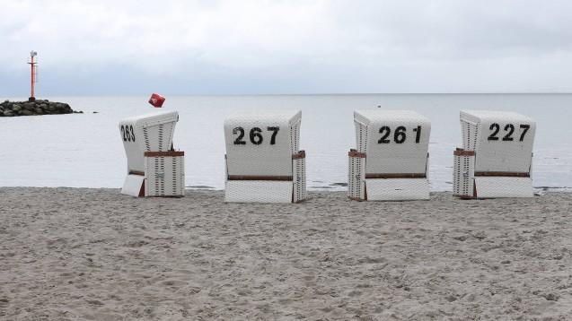 Normalerweise findet der Frühjahrskongress der Kammer Schleswig-Holstein im Ostseebad Damp statt. Diesmal sollte er in Kiel abgehalten werden, doch wegen der Corona-Pandemie wurde er jetzt abgesagt. Die Alternative könnte nun doch ein einsamer Strandspaziergang in Damp sein. (Foto: imago images / Beautiful Sports)