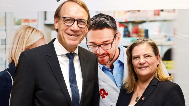 Die BMG-Staatssekretärin Sabine Weiss (CDU) und AVNR-Chef Thomas Preis haben sich beim Sommerempfang des AVNR zum Apotheken-Stärkungsgesetz geäußert. (c / Foto: AVNR)
