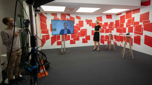 """Dr. Verena Stahl und Prof. Leif Erik Sander bei der Live-Übertragung des Vortrags """"Dauerbrenner Corona - Was uns COVID-19 lehrt"""" (Foto: DAZ/A. Schelbert)"""