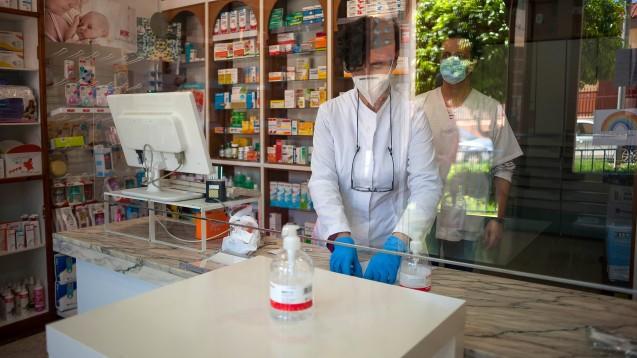 Müssen Apotheker trotz einer Plexglasscheibe in der Apotheke eine Maske bei der Arbeit tragen? Und gibt es Bußgelder, wenn die Maskenpflicht nicht beachtet wird? DAZ.online hat sich in allen Apothekerkammern Deutschlands umgehört. (Foto: imago images / ZUMA)