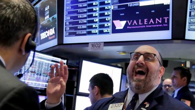 Wie wird die Börse auf die Entscheidung reagieren? Bei Valeant wechselt die Führungsspitze. (Foto: dpa)