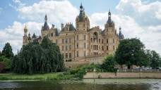 Neue Zusammensetzung: Der Landtag im Schweriner Schloss steht vor einer Zeitenwende und vor einer schwierigen Mehrheitsbildung, wenn man den Umfragen glaubt. (Foto: dpa)