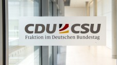Verärgert und gereizt: Mehrere Abgeordnete von CDU und CSU reagieren gereizt auf die Postkarten-Aktion der niederländischen Versandapotheke DocMorris. (Foto: Külker)