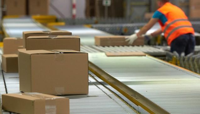 Der Versand-Konzern Amazon will stärker ins Apotheken-Geschäft einsteigen und sucht derzeit Apotheker, die kooperieren möchten. Die Versandapotheke Aponeo hat aber bereits abgesagt. (Foto: dpa)