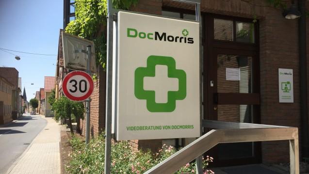 Die DocMorris-Videoberatung samt Arzneimittelabgabeautomat in Hüffenhardt wurde heute von Richtern des Verwaltungsgerichts Karlsruhe in Augenschein genommen.(c / Foto: diz)