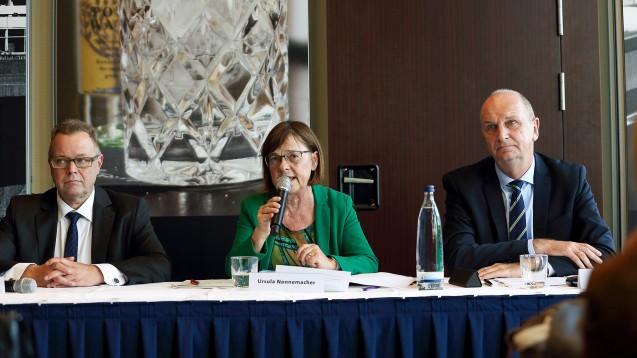 Michael Stübgen (CDU), Ursula Nonnemacher (Grüne) und Dietmar Woidke (SPD, v.l.n.r) haben in Brandenburg eine Koalition geschmiedet und wollen die Einrichtung eines Pharmazie-Studienganges prüfen. (s / Bild: imago images / Martin Müller)