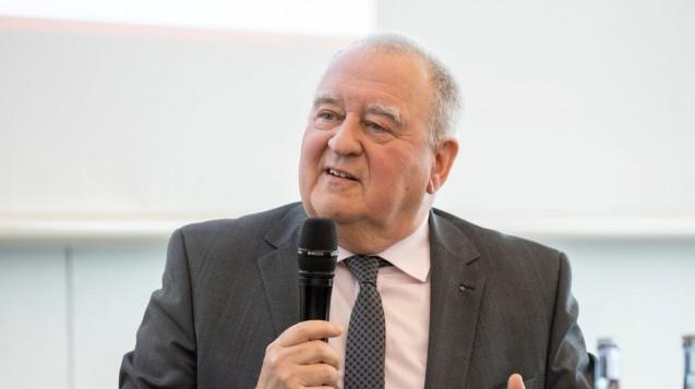 DAV-Chef Becker (hier auf der Interpharm in Stuttgart) hat sich schon mehrfach für eine Streichung der Importförderklausel ausgesprochen. (c / Foto: Schelbert)