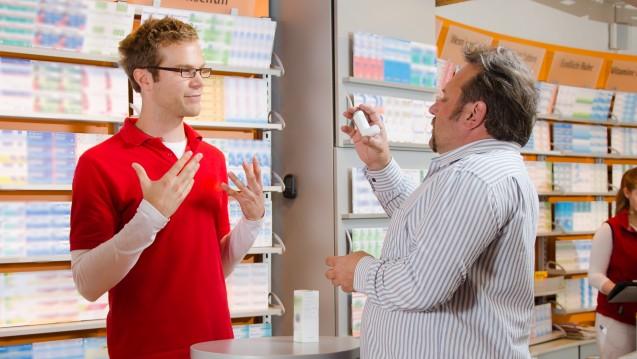 Wie inhaliert man richtig mit einem Asthma-Spray? Wie werden Adrenalin-Pens korrekt angewendet? Welche Retardtabletten darf man teilen? Fast ein Drittel aller Arzneimittel sind besonders beratungsintensiv und erfordern das Expertenwissen der Apotheker. (m / Foto: Gerhard Seybert / stock.adobe.com)