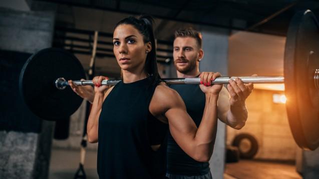 Nicht nur Protein, auch Kreatin ist bei Sportlern beliebt. Allerdings greifen Sportler im Freizeitbereich so gerne zu Kreatin, weil die vermehrte Wassereinlagerung in den Muskeln sie muskulöser aussehen lässt. Mit gesteigerter Leistungsfähigkeit und Kraft hat das nichts zu tun. (c / Foto: bernardbodo / stock.adobe.com)