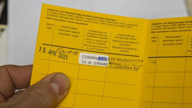 COVID-19-Impfstoffe-in-den-Arztpraxen-Biontech-liefert-fertige-Sticker-f-r-die-Impf-Dokumentation