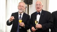 Nordrheins Kammerpräsident Lutz Engelen (li.) und sein Vize-Präsident Peter Barleben haben gemeinsam mit den Kammerdelegierten ihren Abschied aus der Berufspolitik gefeiert. (s / Foto: AKNR/Müller)