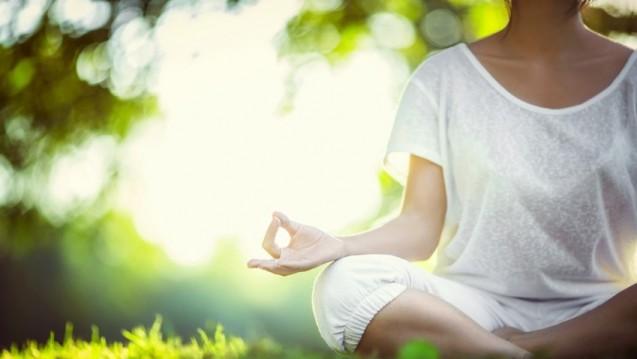 Ein Cochrane Review findet bei Asthma-Patienten, die Yoga praktizieren, Hinweise auf Symptomlinderung und mehr Lebensqualität. Die Lungenfunktion wurde jedoch nicht signifikant verbessert. (Foto: LuckyImages / Fotolia)
