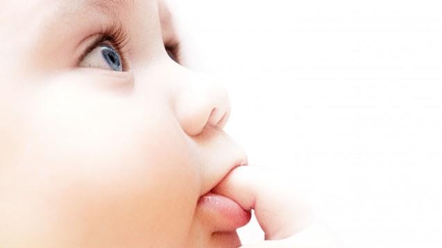 Säuglinge und COVID-19: hohe Viruslast, aber erkranken sie meist nur leicht? (m / Foto:Zffoto / stock.adobe.com)