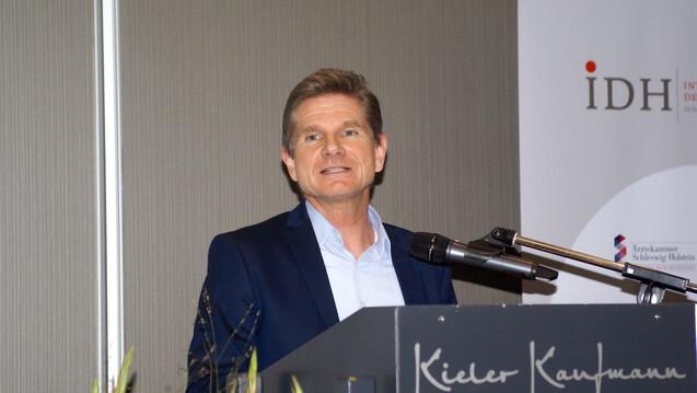Der schleswig-holsteinische Gesundheitsminister Heiner Garg (FDP) erwartet von den neuen Verantwortlichen in der Bundespolitik, Lehren aus der Pandemie zu ziehen und das Versorgungssystem zu stärken. (x / Foto: DAZ / tmb)