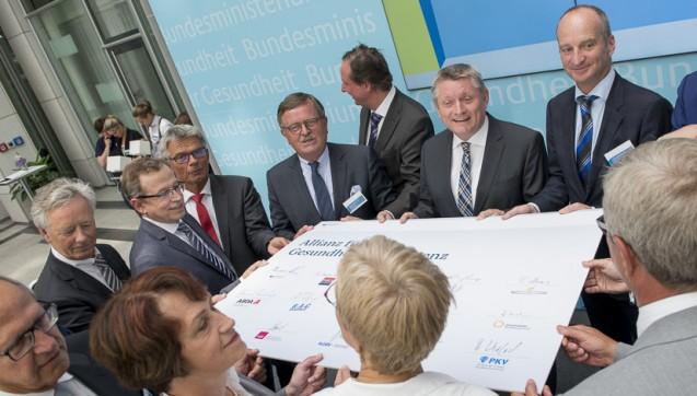 Die Spitzen der wichtigsten Verbände im Gesundheitswesen bei der Präsentation der Allianz für Gesundheitskompetenz, darunter auch ABDA-Präsident Friedemann Schmidt (2.v.r.) (Alles Fotos: Philipp Külker)