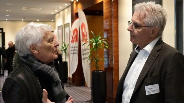 Glaeske und Dingermann streiten sich über Arzneimittelbewertungen