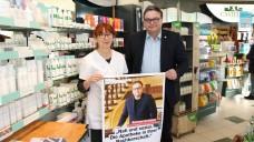 Anke Rüdinger zeigt Bezirksbürgermeister Michael Grunst, was Apotheken leisten. (c / Foto: BA Lichtenberg)