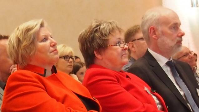 Sind sich einig, dass das Rx-Versandverbot alternativlos ist (von links): Niedersachsens Sozialministerin Cornelia Rundt (SPD), die Präsidentin der Landesapothekerkammer Magdalene Linz und der LAV-Vorsitzende Berend Groeneveld auf dem Niedersächsischen Apothekertag. (Foto: wes)
