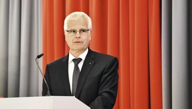 Thomas Benkert, Präsident der Bayerischen Landesapothekerkammer, rief dazu auf, dass die Pharmazeuten weiter um das Rx-Versandhandelsverbot kämpfen sollen.  Wer Rx-Boni in Anspruch nehme, bereichere sich auf Kosten der Solidargemeinschaft, erklärte er bei der kammerversammlung in München. (Foto: BLAK)