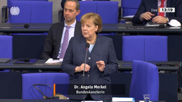 """""""Man wollte schnell ein Angebot schaffen"""", erklärte Merkel im Bundestag zur Frage, warum es nicht besser gewesen wäre, die Masken zu versenden. (Bild: Screenshot/ DAZ.online)"""
